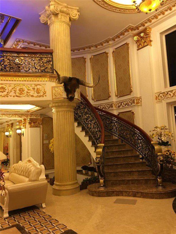 Ở Phòng khách của căn biệt thự có rất nhiều chi tiết được dát vàng và thiết kế vô cùng tinh xảo, mê hoặc lòng người.