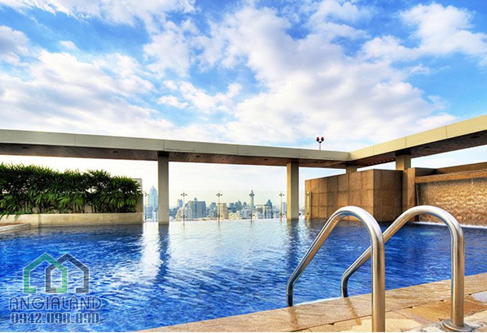Hồ bơi tràn nước của tiện ích dự án căn hộ The Sun Avenue Quận 2