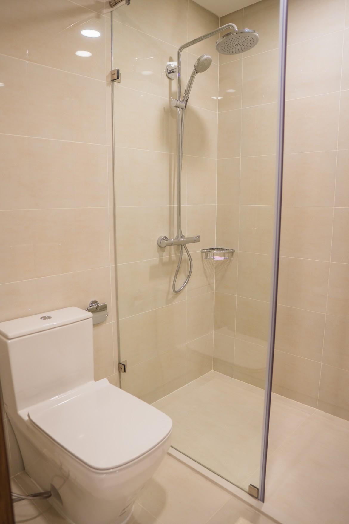 Toilet trong phòng ngủ Master căn hộ mẫu Eco Green Sài Gòn quận 7 loại 2 phòng ngủ.
