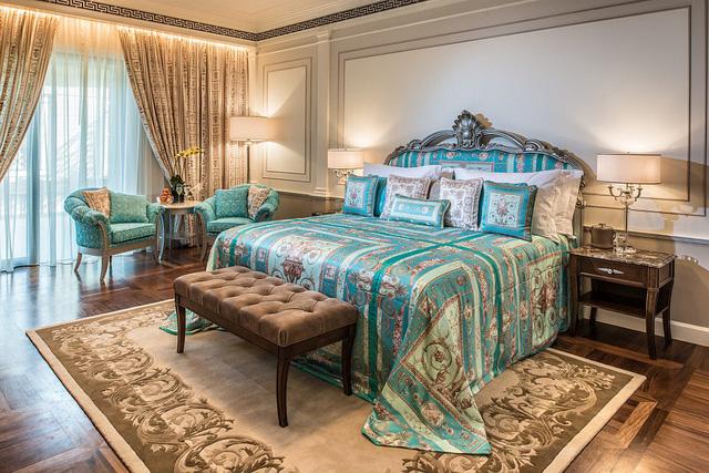 Thương hiệu dành cho quý tộc châu  u là Versace và Roberto Cavall dành cho cư dân Sunshine Heritage Resort Hà Nội