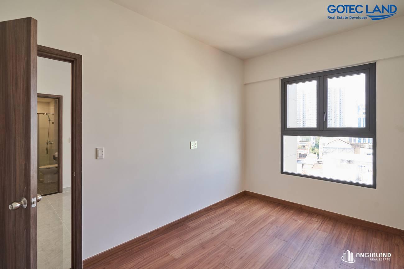 Phòng ngủ Master được bàn giao lót sàn gỗ & có vệ sinh riêng -Hình ảnh thực tế