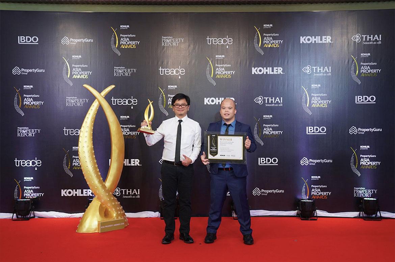 Ông Nguyễn Đức Vượng - giám đốc kinh doanh (phải) và ông Lê Tường Lân - chuyên viên marketing của Xuân Mai Sài Gòn, nhận giải thưởng Dự án căn hộ cao cấp có thiết kế cảnh quan tốt nhất