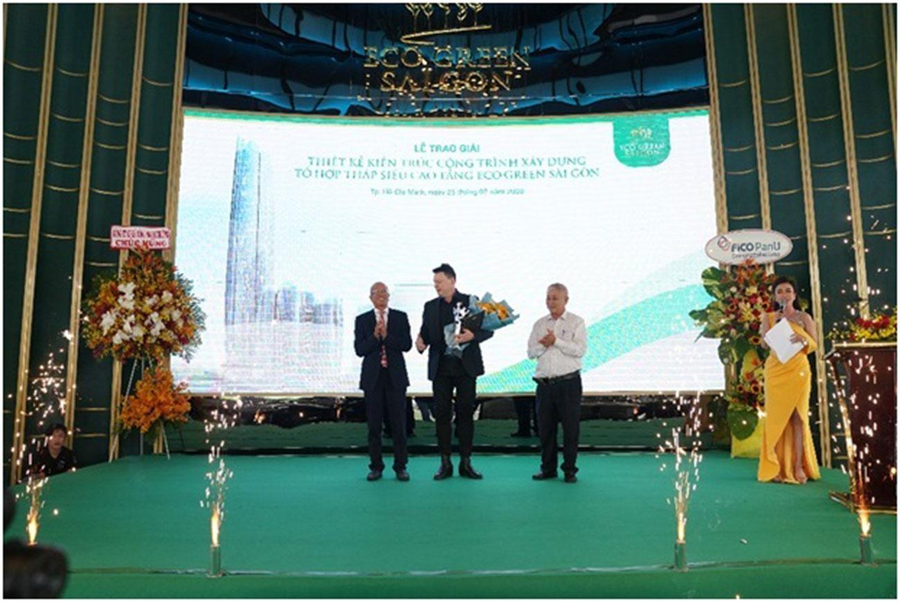 Đại diện Công ty Decibel Architecture (giữa) nhận giải thưởng từ ban tổ chức.