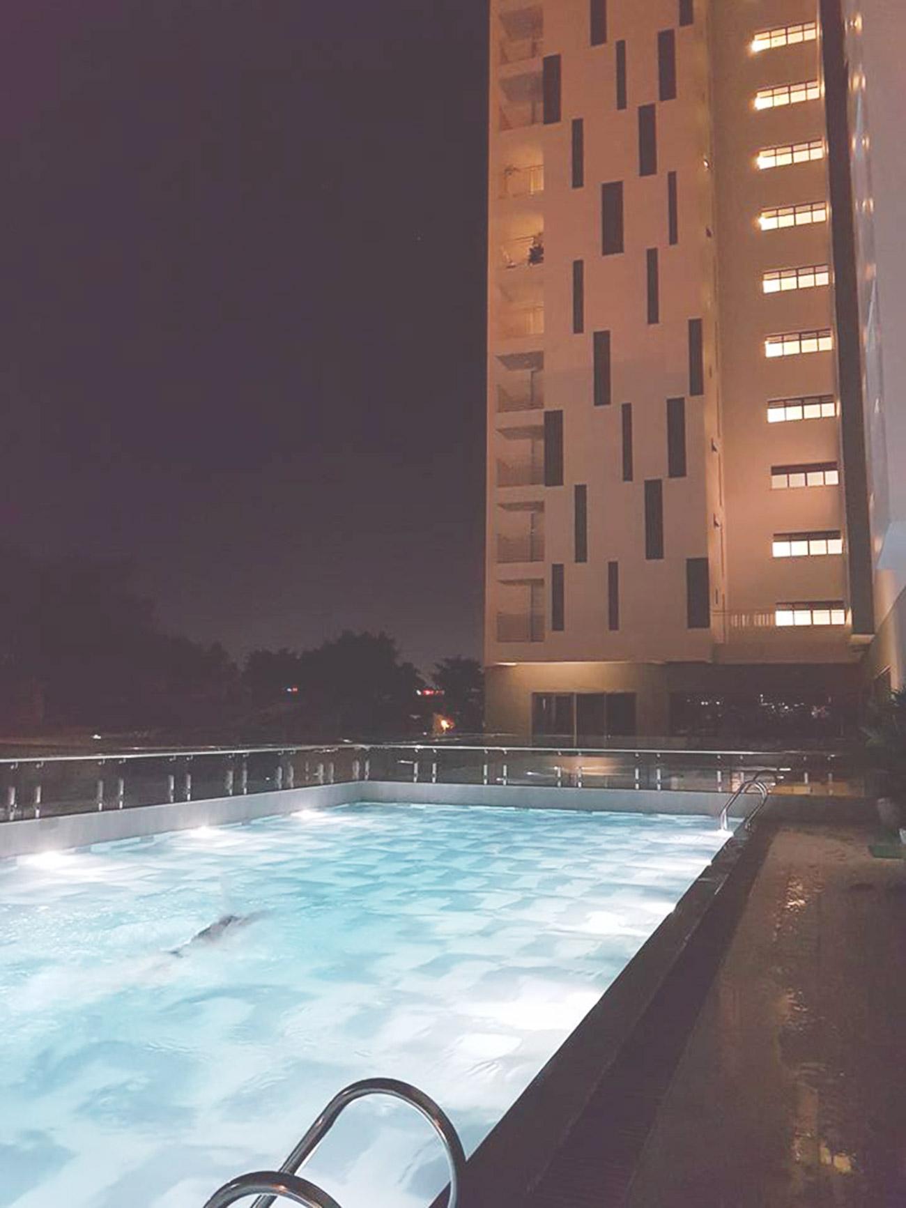 Hồ bơi về đêm tại Riva Park Quận 4