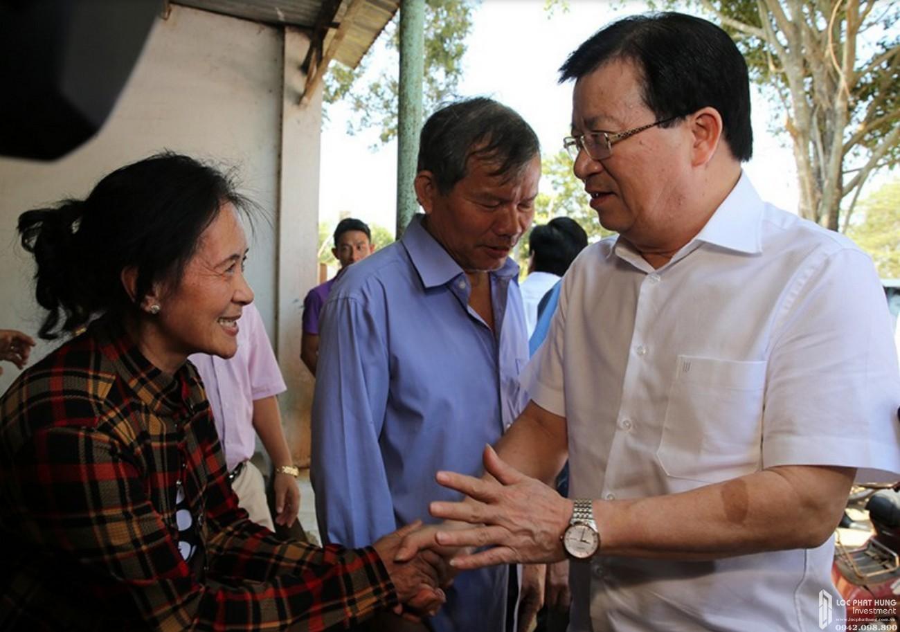 Phó Thủ tướng Trịnh Đình Dũng trong một lần đến thăm người dân khu vực giải phóng mặt bằng của dự án