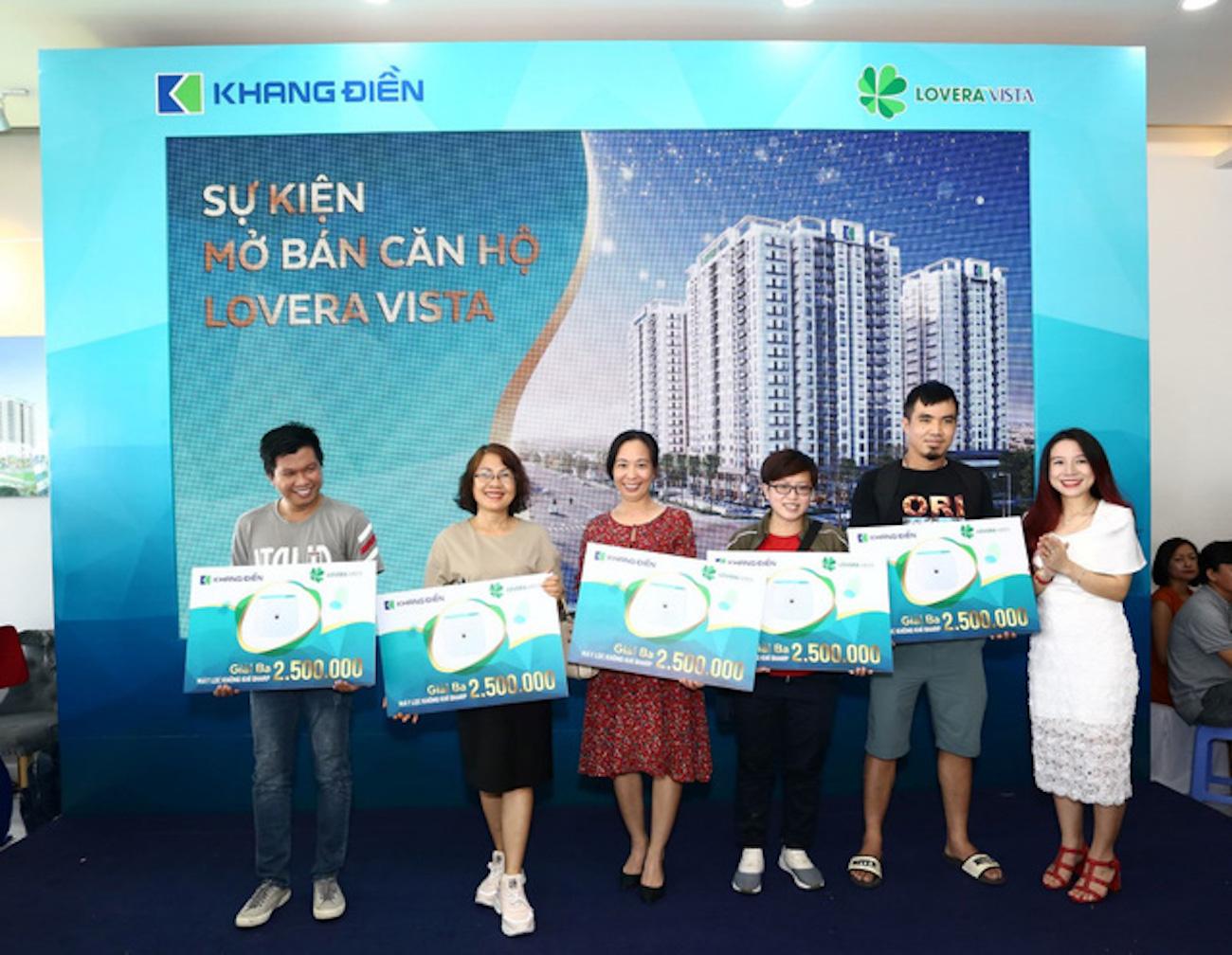 trong lễ mở bán, Lovera vista mở bán, Đại diện chủ đầu tư trao quà cho khách tham dự may mắn trúng thưởng.