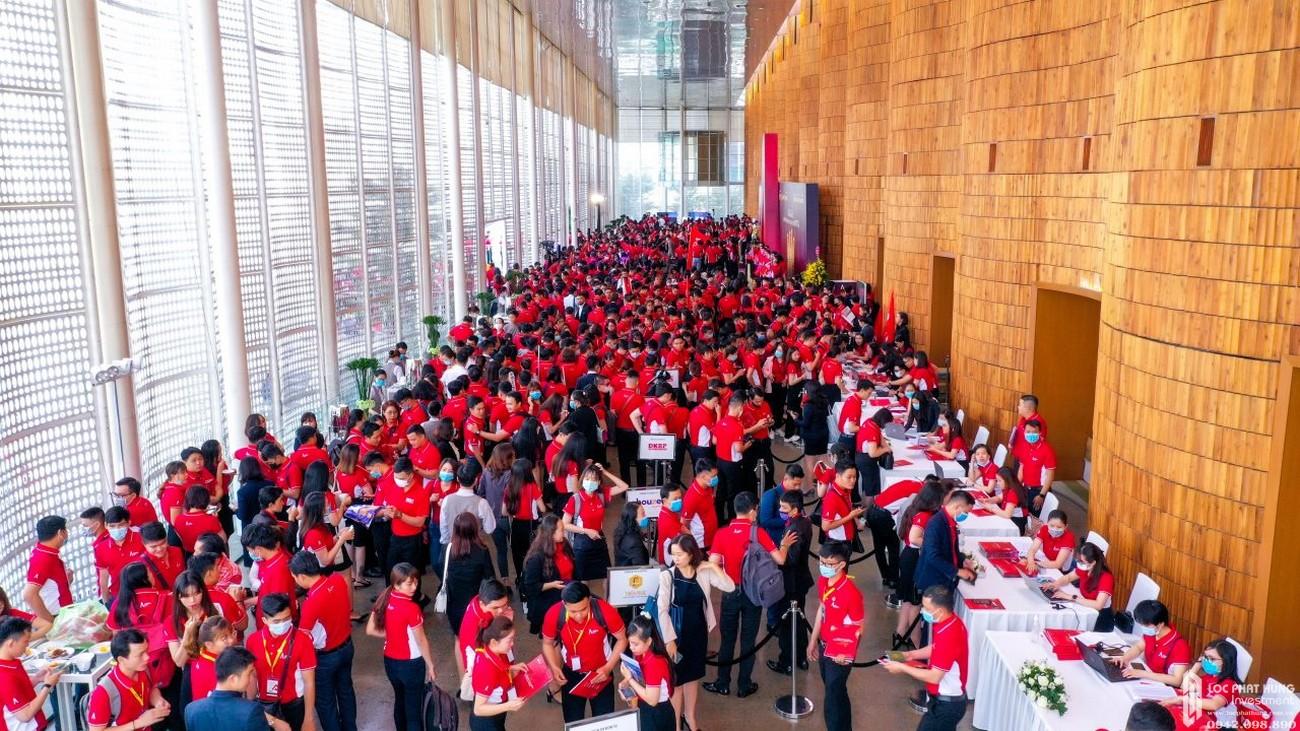 3.500 chuyên gia tư vấn bán hàng đã có mặt từ rất sớm để check-in tham dự Lễ ra quân dự án Astral City trong sáng 20/10