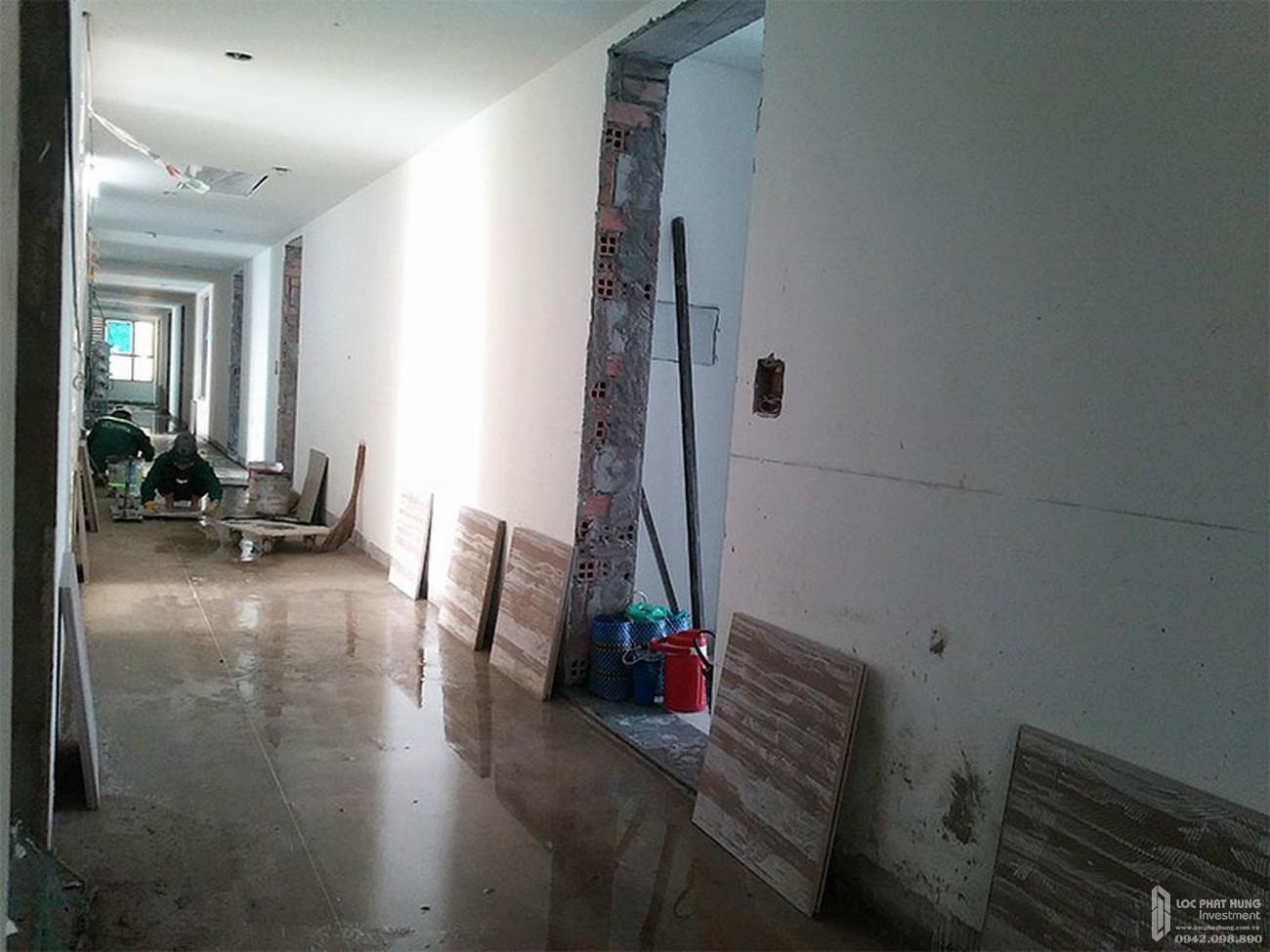Ốp lát gạch hành lang tầng 5 dự án căn hộ chung cư River Panorama Quận 7 tháng 02/2020